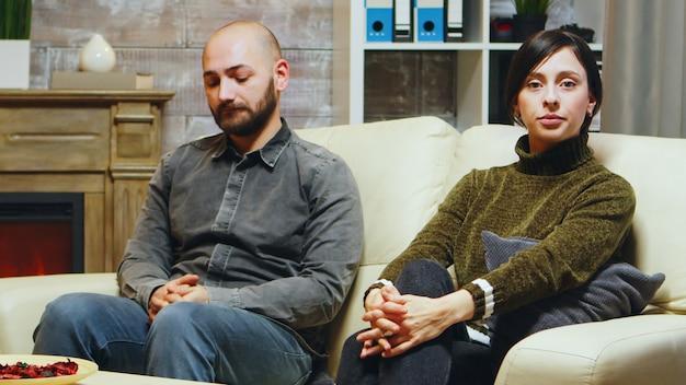 남편과 아내가 정신 분석가 캐비닛에서 관계의 어려움에 대해 이야기합니다.