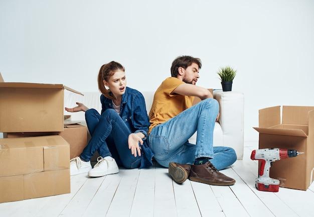 남편과 아내가 물건 도구 수리 집들이 상자 이동