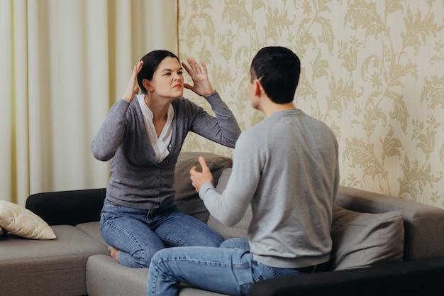 남편과 아내가 다투고 서로 소리 지르다