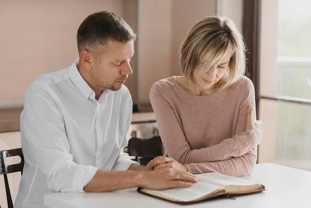 聖書を読んでいる夫と妻