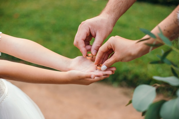 夫と妻は金の結婚指輪を取る