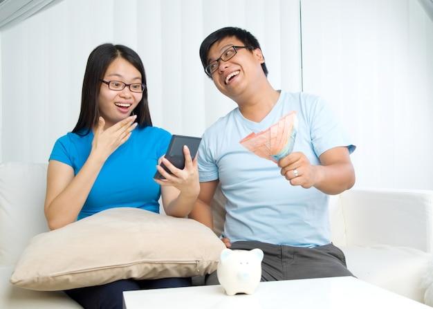 Муж и жена с концепцией семейного финансирования