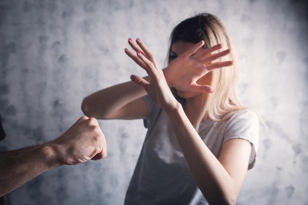 Муж нападает на жену на сером