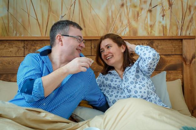 남편은 아내를 침대로 가져 왔습니다.