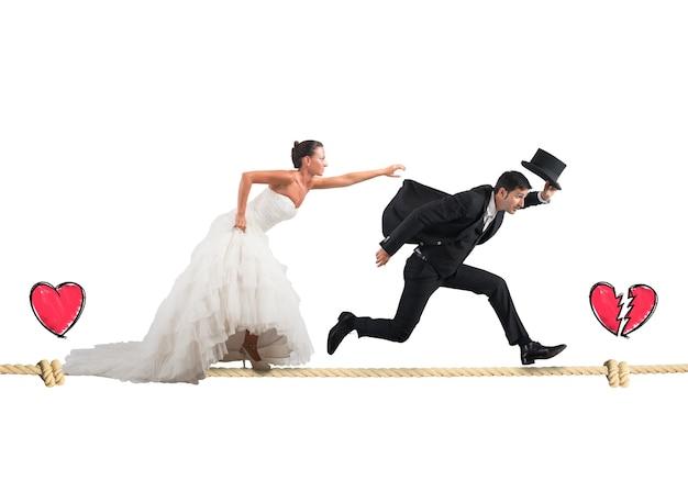 夫はロープで妻から逃げる
