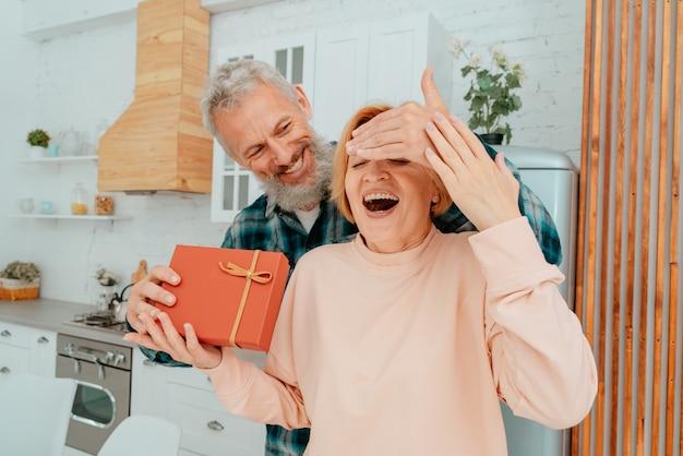 남편이 집에서 아내에게 선물을 준다.