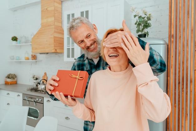 남편은 집에서 아내에게 선물을 줍니다.