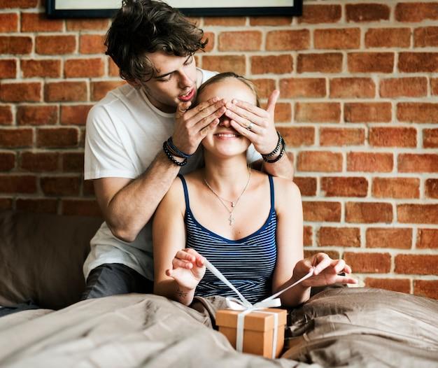 Муж удивляет жену подарком