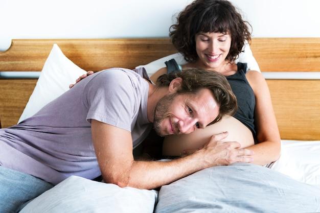 뱃속에서 아기의 소리를 들으려고 노력하는 남편