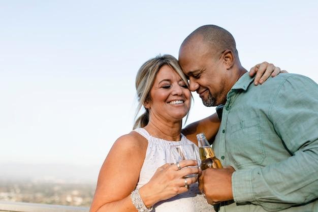 Marito e moglie bevono un drink sul balcone