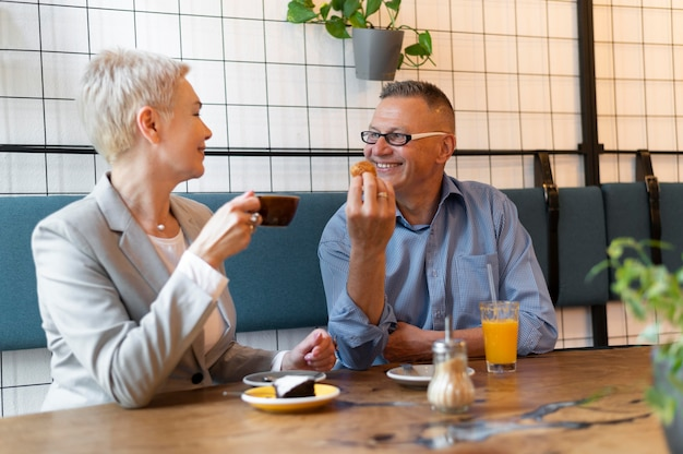 Marito e moglie hanno un bel appuntamento in un bar