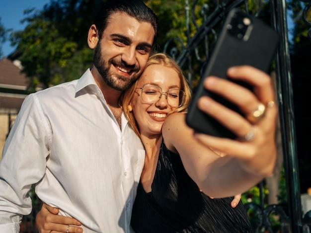 Marito e moglie che prendono un selfie