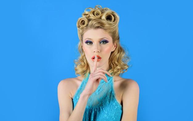 Тише женщина делает знак тишины, очаровательная женщина, имеющая секрет, держит палец на губах, показывает знак тсс