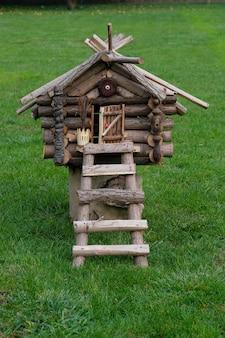 緑の芝生の上の小屋馬場ヤーガ