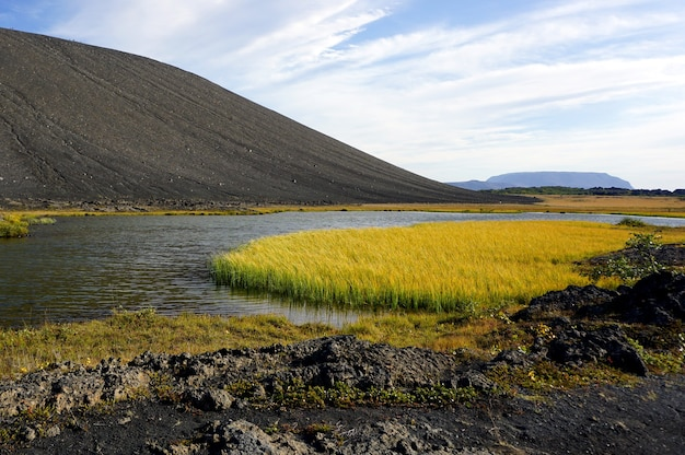 アイスランド北部、ミーバトン地域のクヴェルフィヤットル火口。