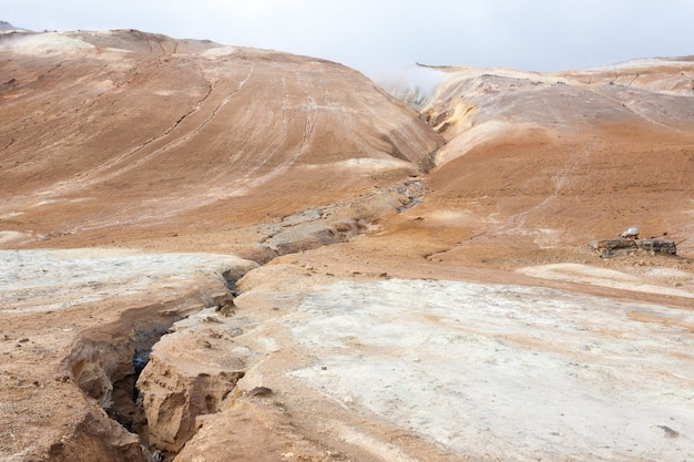 Взгляд бассейнов грязи hverir, ориентир исландии. исландский пейзаж