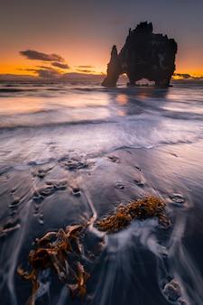 北アイスランドのオザールの隣にある有名なサイの岩は、hvitserkurと名付けられました。