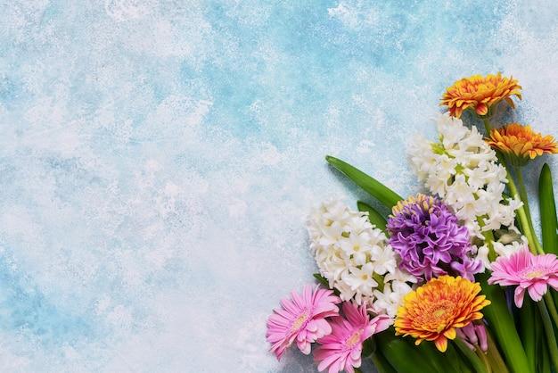 Букет цветов гиацинта и герберы на синем. вид сверху, копия пространства. день матери, день рождения