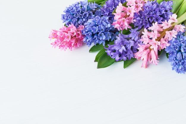 Букет цветов гиацинта на белом столе. вид сверху, копия пространства.