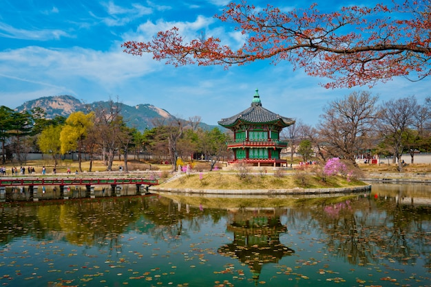Павильон hyangwonjeong, дворец кёнбоккун, сеул, южная корея