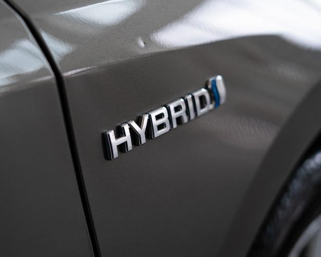 Логотип гибридного автомобиля на задней стороне автомобиля