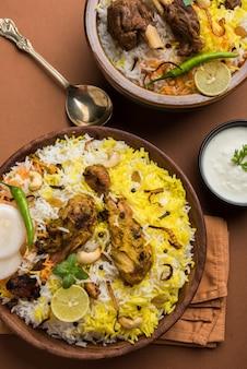 Курица хайдарабади или дум бирьяни, подается в кадхае или миске с йогуртовым соусом. выборочный фокус