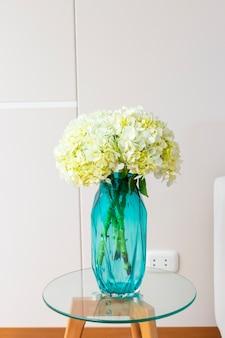 Цветочная композиция из гортензии в красивой гостиной