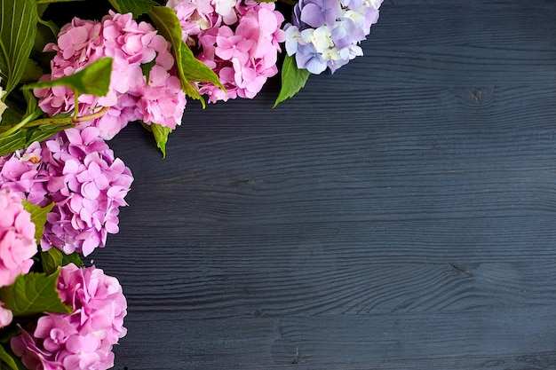 黒い木の表面にアジサイの花