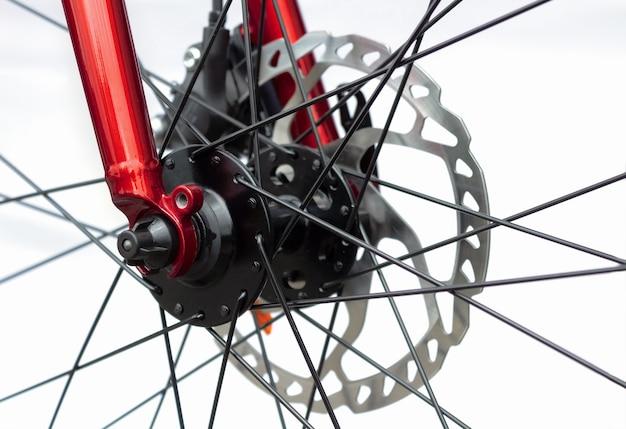白い背景の上の自転車の油圧ブレーキシステム。自転車の部品とコンポーネント。