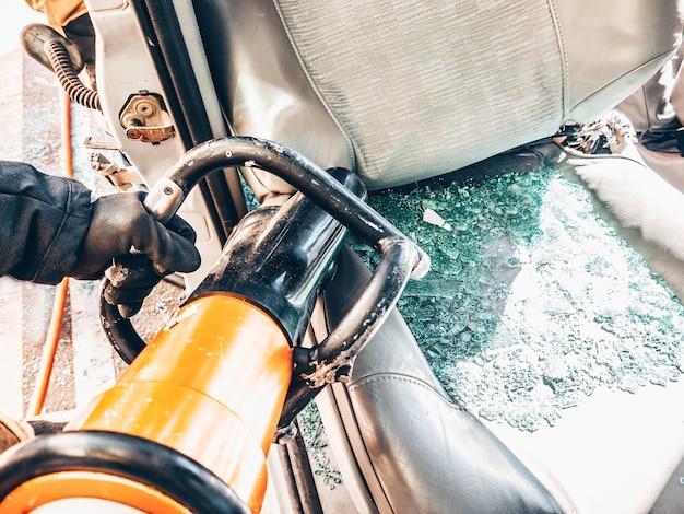 충돌 차량의 일부를 절단하는 유압 소방대 도구
