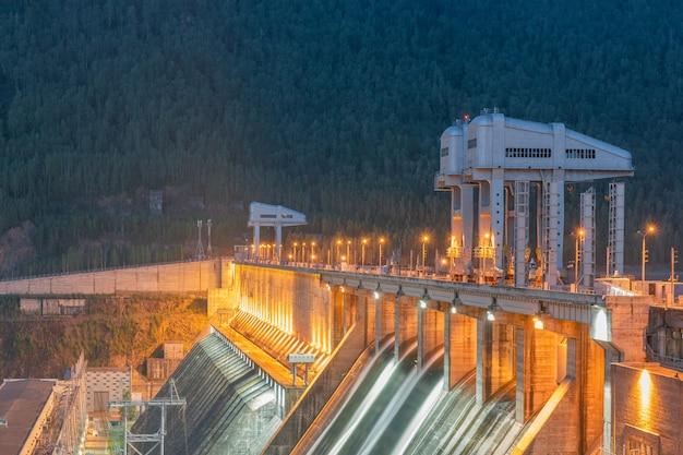 밤에 조명이 있는 수력 발전소.