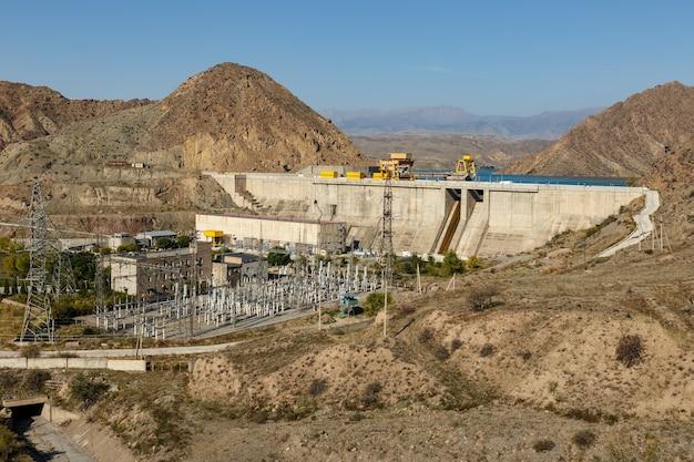 キルギスタン、ナルイン川の水力発電所