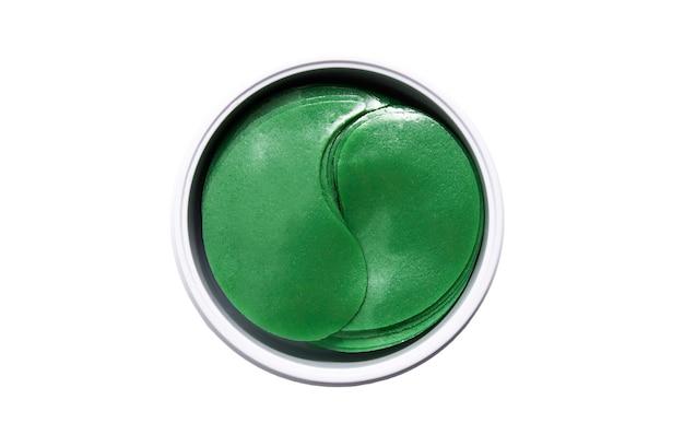 눈 주위 피부용 하이드로겔 패치. 녹색의 노화 방지 젤 패치. 흰색 배경에 격리합니다.