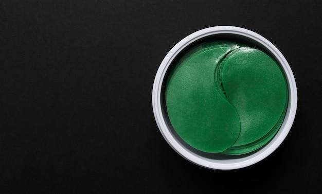 눈 주위 피부용 하이드로겔 패치. 녹색의 노화 방지 젤 패치. 위에서 볼. 흰색 배경에 격리합니다. 복사 공간.