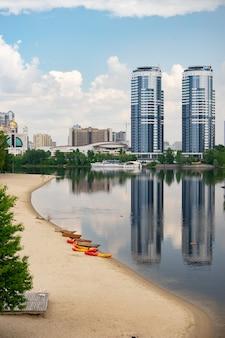 키예프의 hydropark. 여름에 빈 해변.
