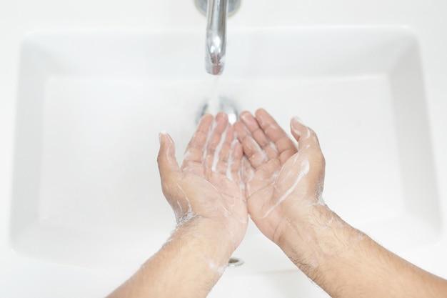 위생. 손 청소. 수도꼭지 밑의 비누로 손을 물로 씻으십시오. 평면도.