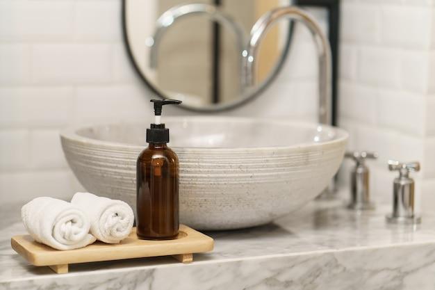 위생 개념. 화장실 싱크대에 수건과 비누.