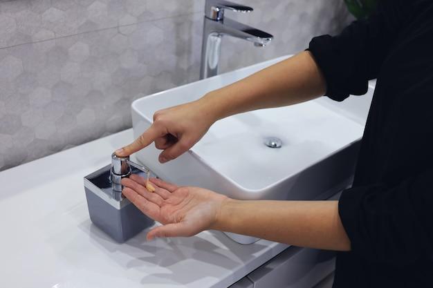위생 개념입니다. 손을 씻는 여자를 닫습니다. 코로나바이러스 발병을 위한 손 위생.