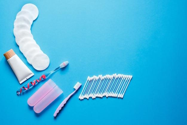 Предметы гигиены и распорядок дня. зубная щетка с бактериальным защитным покрытием, ватные палочки и духи