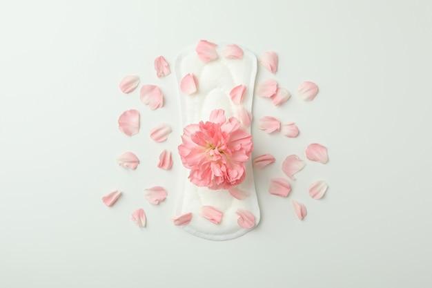 꽃과 꽃잎 흰색 바탕에 위생 패드
