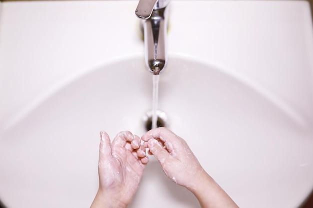 衛生規則。食事前の手洗い。石鹸による手の抗菌治療。ウイルス感染を防ぐ方法。コロナウイルス防止。