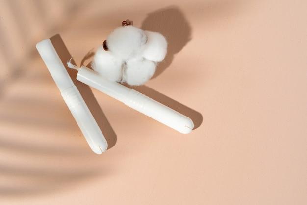紙の表面に衛生的なタンポンと綿の花