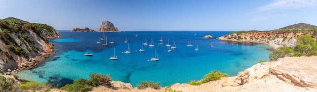 Гиперпанорама кала хорт с морскими парусными яхтами и горой эс ведра. ибица, балеарские острова. испания