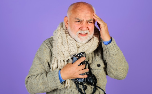 고혈압. 혈압계와 노인입니다. 남자 동맥 혈압을 확인합니다. 심각한 두통.