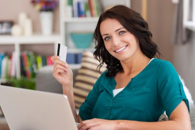 私はいつもオンラインショッピングにクレジットカードを使用しています