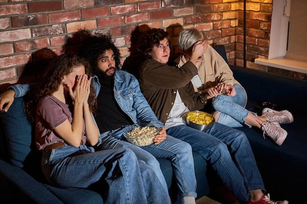 나는 두렵다. 겁에 질린 친구들은 집에서 밤에 흥미로 공포 영화를보고 공포에 눈을 감고 팝콘을 먹습니다. 두려움 개념
