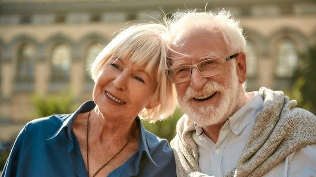나는 당신을 평생 동안 사랑할 것입니다 행복한 노인 부부는 야외에서 함께 시간을 보내면서 웃고 있습니다