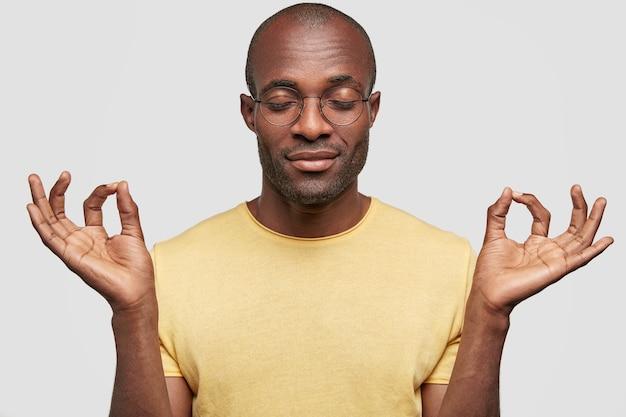난 괜찮아. 잘 생긴 중간 나이 든 어두운 피부 남성은 괜찮아 제스처를 만든다.