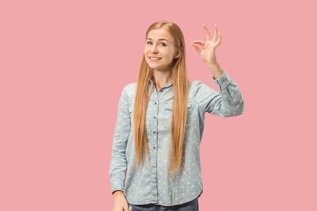 Я в порядке. счастливый бизнес-леди, подписать нормально, улыбаясь, изолированных на модном розовом фоне студии. красивый женский поясной портрет. эмоциональная женщина. человеческие эмоции, концепция выражения лица. фронт
