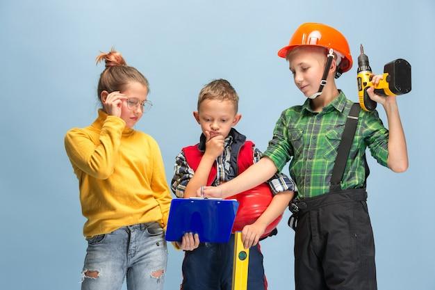 Costruisco il mio sogno. bambini che sognano la professione di ingegnere. infanzia, pianificazione, educazione e concetto di sogno. vuoi diventare un dipendente di successo nel settore manifatturiero, edile, delle infrastrutture.